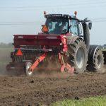 Een tractor, het ideale vervoersmiddel voor op het land!